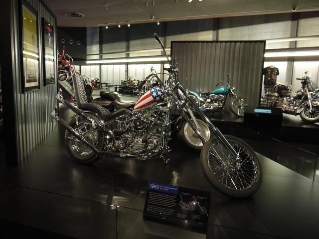 画像: 言わずとしれたチョッパーの代名詞。EASY RIDERのキャプテン・アメリカが走らせていたアレですね。そのオートバイがピッカピカの状態で展示されています。なんでしょう? 無性にテンションが上がります。