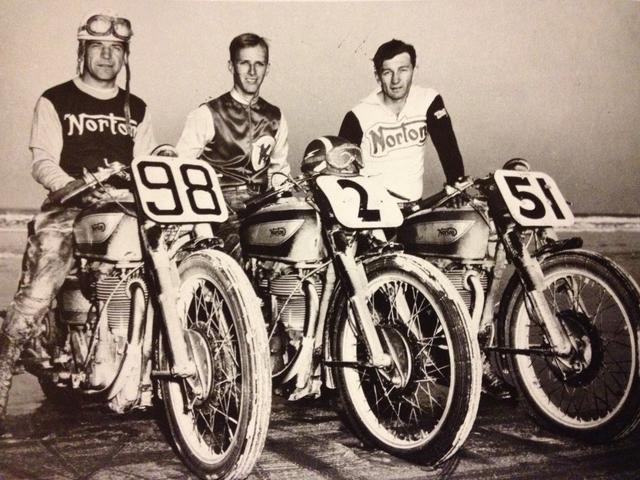 """画像: 1950年は、マンクス・ノートンが""""スィープ""""(表彰台独占)を達成したレースでした。ウィナーはカナダ人のビル・マシューズ(左)。彼は1941年のデイトナ200も、ノートンに乗って勝っています。 2.bp.blogspot.com"""