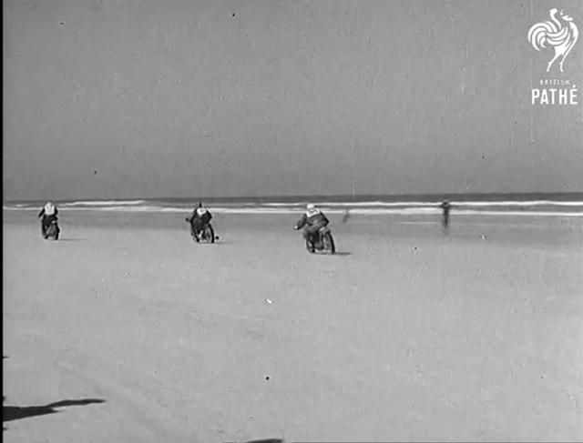 画像: 波打ち際を走るマシンたち。スピードウェイの高速戦もスリリングですが、これはこれで、見てみたいなぁと思わせます。なお1942年から1946年の間は、戦争のためデイトナ200マイルは中断されています。 www.youtube.com