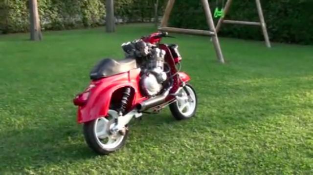 画像: スイングユニットの代わりに、ごついスイングアームが取り付けられているのがわかります。 www.youtube.com