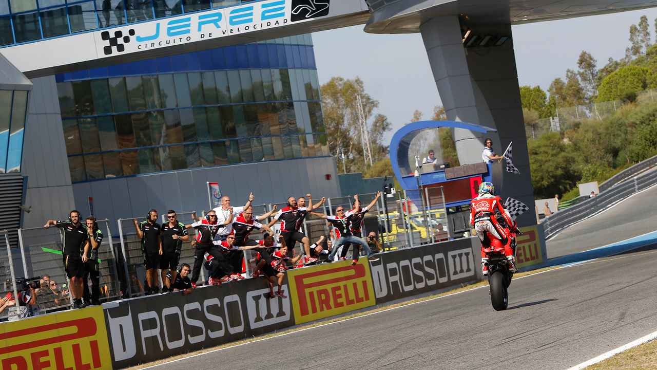 画像: 余裕のウィリーで勝利の喜びをスタッフを分かち合うC.デイビス(ドゥカティ)。 photos.worldsbk.com