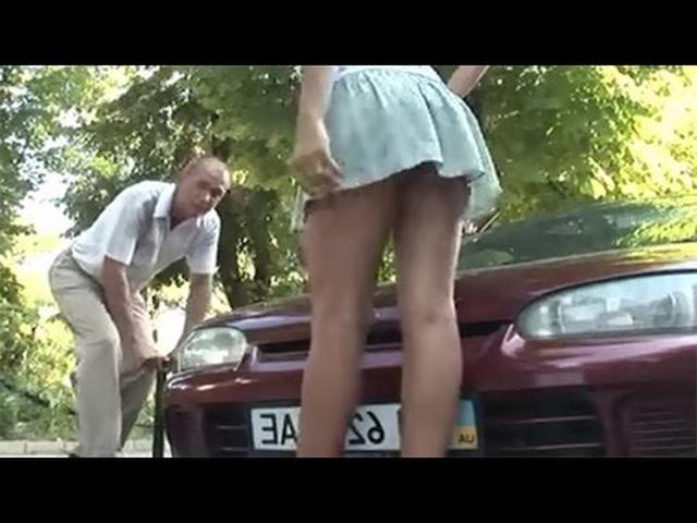 画像: 【海外おもしろドッキリ】車のタイヤに空気を入れると女性のスカートにセクシーハプニング youtu.be