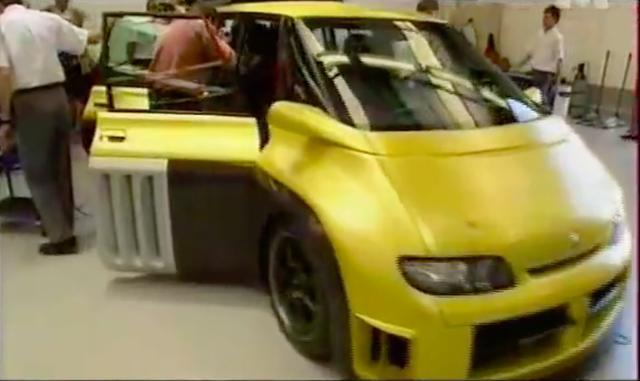 画像: 一見すると、ちょっと見た目がハデなミニバンにしか見えませんが・・・。 www.youtube.com
