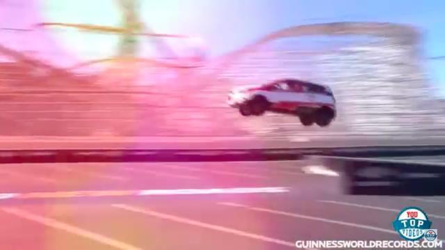 画像: これ、テイクオフしている時ではなく、ランディングしている時なのです・・・つまり、バックで走行しての大ジャンプなのです!! www.youtube.com
