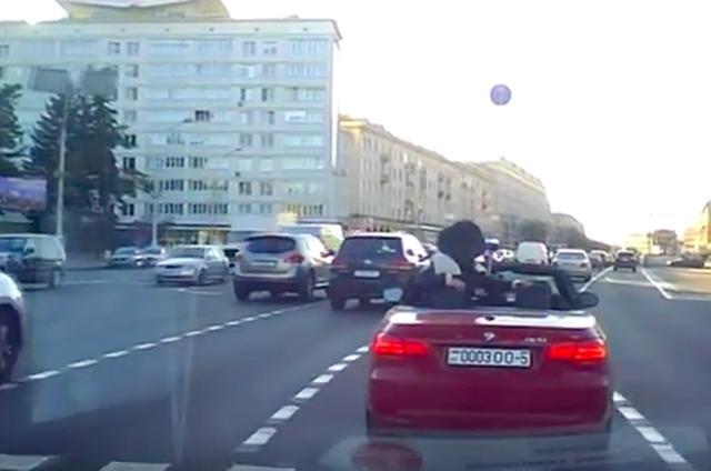 画像1: 【動画】渋滞中にいきなり開脚しだすセクシーな女性。
