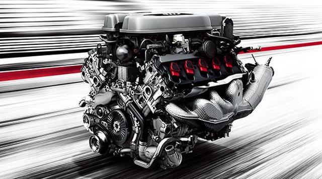 画像: ドライバーのどんな要求にも応えるV10エンジン 新型Audi R8の5.2ℓ V10エンジンは、Audiの市販モデルとしては史上最強となる610PSの高性能を発揮し、最高速は330km/hを誇ります*1。しかし、本当に誇りたいのはその数値の高さではありません。直噴(FSI)とポート噴射(MPI)を備えたデュアルインジェクターを採用したこのエンジンは、低負荷時に片方のバンクを休止するシリンダーオンデマンドやコースティングモードなどにより高出力と高効率を高い次元で両立することで、抜群の扱いやすさも備えます。街中やクルージングにおいては高級セダンを思わせる、滑らかで静かな走りも楽しんでいただけるのです。 *1 Audi R8 Coupé V10 plus 5.2 FSI quattroの場合。また、数値はメーカー測定値となります。 www.audi.co.jp