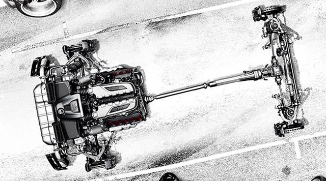 画像: 強大なパワーを巧みにコントロールする全天候型パワートレイン 瞬時の変速を可能にする7速Sトロニックデュアルクラッチトランスミッションと、Audiならではのフルタイム4WDシステムのquattro®は、新型Audi R8の強大なパワーを4輪に効率的に伝え、静止状態から100km/hまでわずか3.2秒で到達する瞬発力を実現しています*1。ひとたびサーキットで鞭を入れれば、2WDのライバルには真似のできない安定した姿勢でスタートダッシュ。そして、セラミックブレーキの確かな制動力を活かしたレイトブレーキングから、強烈なGをコントロールして理想のラインに乗せる楽しさが味わえるのです。そんな限界領域でも発揮される優れた安定性は、荒れた路面や雨などの悪条件の中でも新型Audi R8のドライバーを安心感で満たし、すべてのドライバーがリラックスしながら運転できる環境を提供してくれるという、もうひとつの表情も備えています。 *1 Audi R8 Coupé V10 plus 5.2 FSI quattroの場合。また、数値はメーカー測定値となります。 www.audi.co.jp