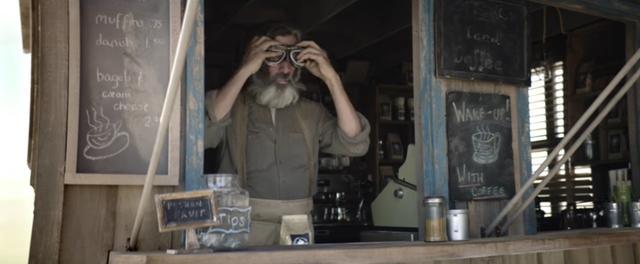 画像: なぜかゴーグルをかけるコーヒーショップのご主人