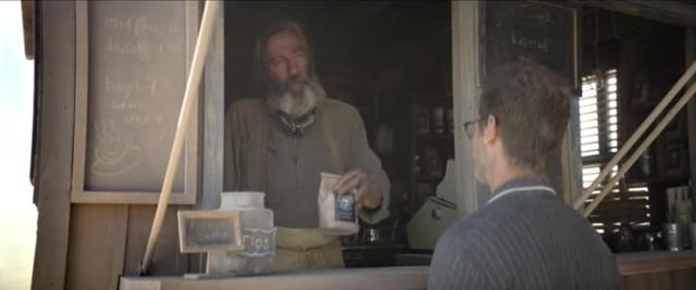 画像: 挨拶をかわすと、コーヒー豆を出してくれます。