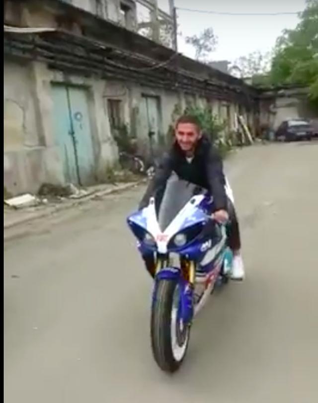 画像: 走行シーンはノーヘルですが、自転車だからOK?(苦笑)。乘っているお兄さんがミョーに楽しげなのがなんかイイですね。 www.youtube.com