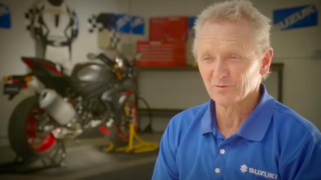 画像: 1993年の世界ロードレースGP500ccクラス王者、ケビン・シュワンツ。彼の「34」番はMotoGPプレミアクラスの永久欠番になっています。 www.youtube.com