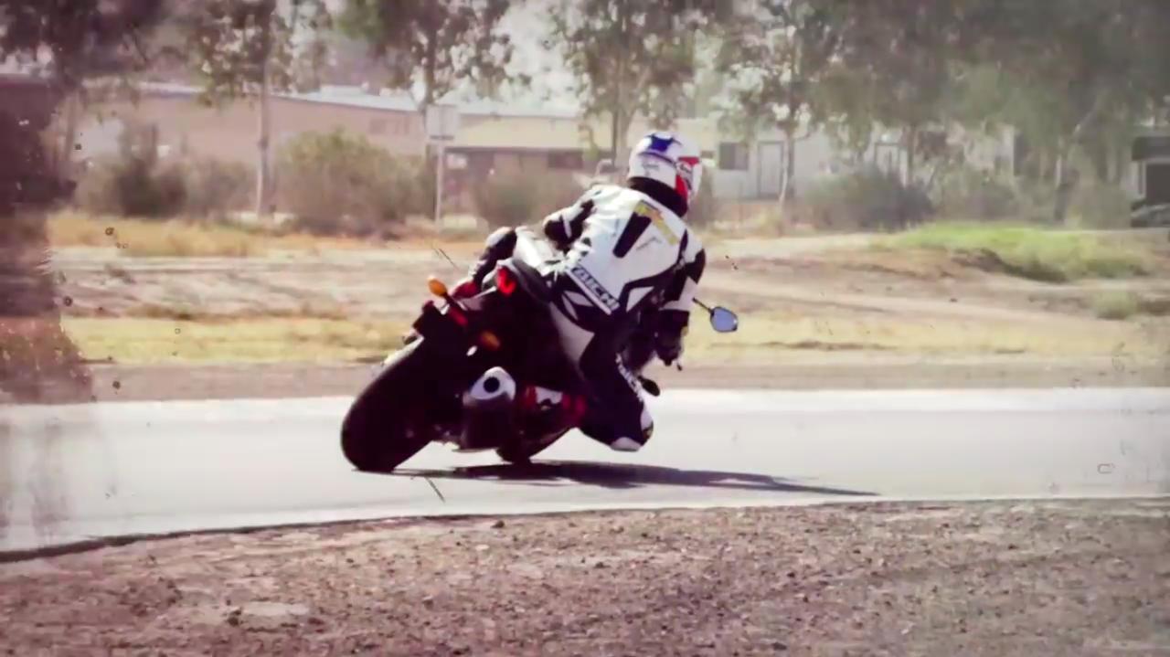 画像: 近年は肘を擦るほどイン側に上体を落とし込むフォームが流行してますが、ケビンはやっぱり上体を起こしたこのフォームじゃなくちゃ・・・というカンジですね。 www.youtube.com