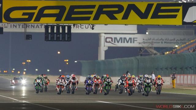 画像: 今年最後のレースとなった、カタールラウンドのレース2のスタート! photos.worldsbk.com
