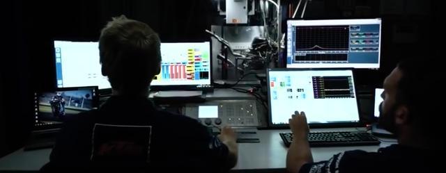 画像: イタリア、ムジェロのレーストラックを想定し、データの解析が進められます・・・。ハイテクですね・・・。 www.youtube.com