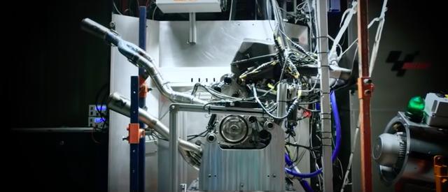 画像: オーストリア、ムンダーフィングの開発拠点で製造されたエンジンが、マッティグホーフェンのベンチ室でテストされます。 www.youtube.com