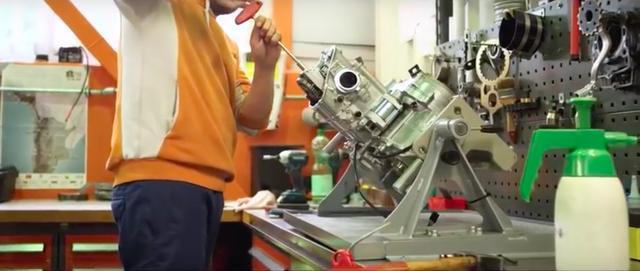画像: エンジンの組み立て作業という、貴重な光景もおさめられています。 www.youtube.com