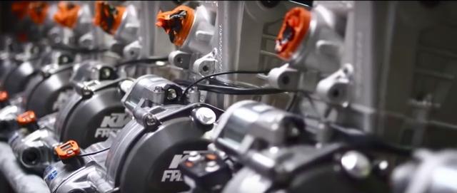 画像: ずらりと並ぶKTM RC16エンジン。新規参戦のため、シーズン中の開発も行われます。 www.youtube.com
