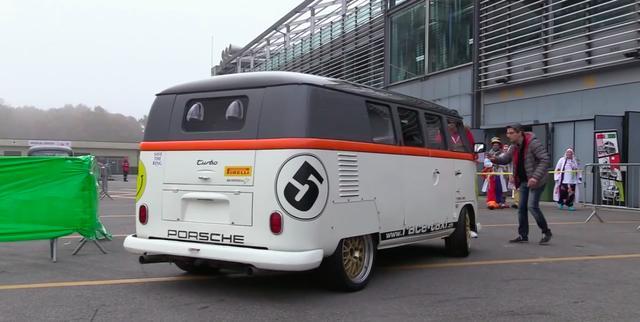画像: 一見すると、まぁグラフィックが派手なスプリットウインドウのVWバスですけど・・・。 www.youtube.com