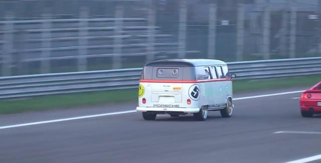 画像: 並みのスポーツカーは目じゃない速さを、伊モンツァサーキットで発揮します! www.youtube.com