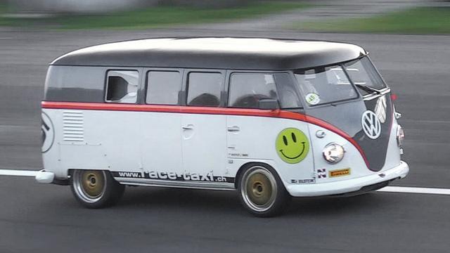 """画像: 530hp Porsche 993 Bi-Turbo powered Volkswagen T1 """"Race-Taxi"""" in Action!! youtu.be"""