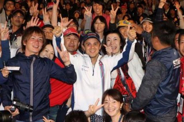画像: 2016年F1日本グランプリで、ファンと 記念撮影をするフェリペ・マッサ選手(中央)