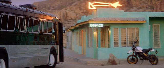 画像: バスがたどり着いたのは砂漠のモーテル。 www.youtube.com
