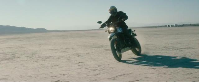 画像: 広大な砂漠を、ドゥカティ・スクランブラーが自由に駆け回ります! www.youtube.com