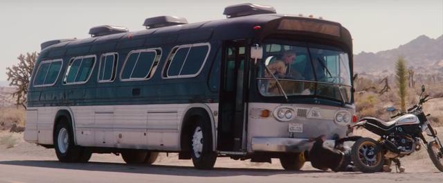 画像: 立ち往生しているバスの修理を手伝うスクランブラー・ライダー。 www.youtube.com