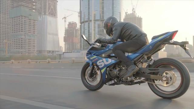 画像: 動画中には「アーバン・アスリート」という謳い文句が出てきますが、きっとGSX250Rは街中でもキビキビ走り、使い勝手が良いモデルに仕上がっているのでしょう。 www.youtube.com