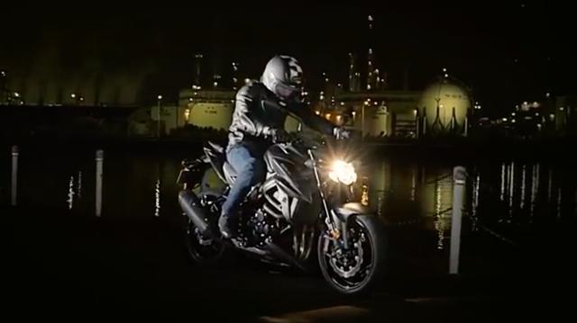 画像: 夜の海岸沿い・・・漆黒の闇のなかにたたずむライダーとスズキGSX-S750・・・。 www.youtube.com