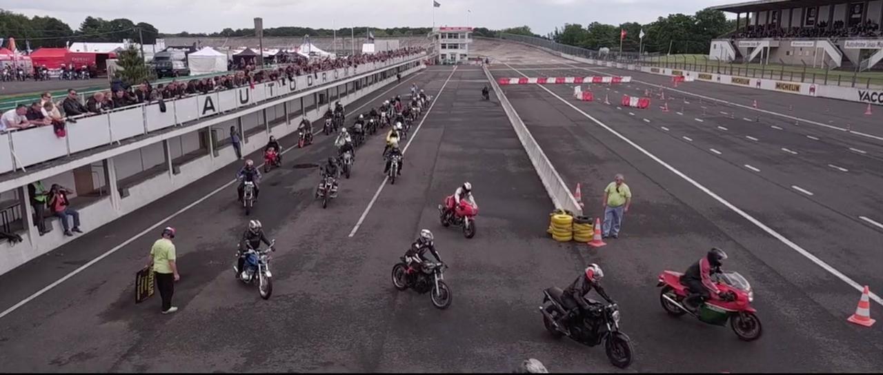 画像: ピットレーンからコースインするモーターサイクルたち。 vimeo.com