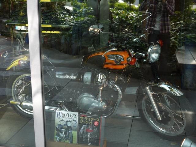 画像2: 代官山「蔦屋書店」のバイク・クルマコーナーの一角に!