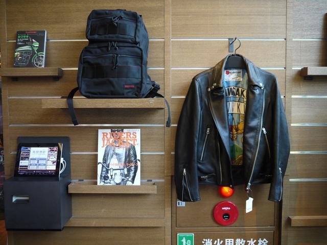 画像: 裏地が派手、というのが粋なカワサキのライダースジャケット。カワサキ伊達男は注目です。