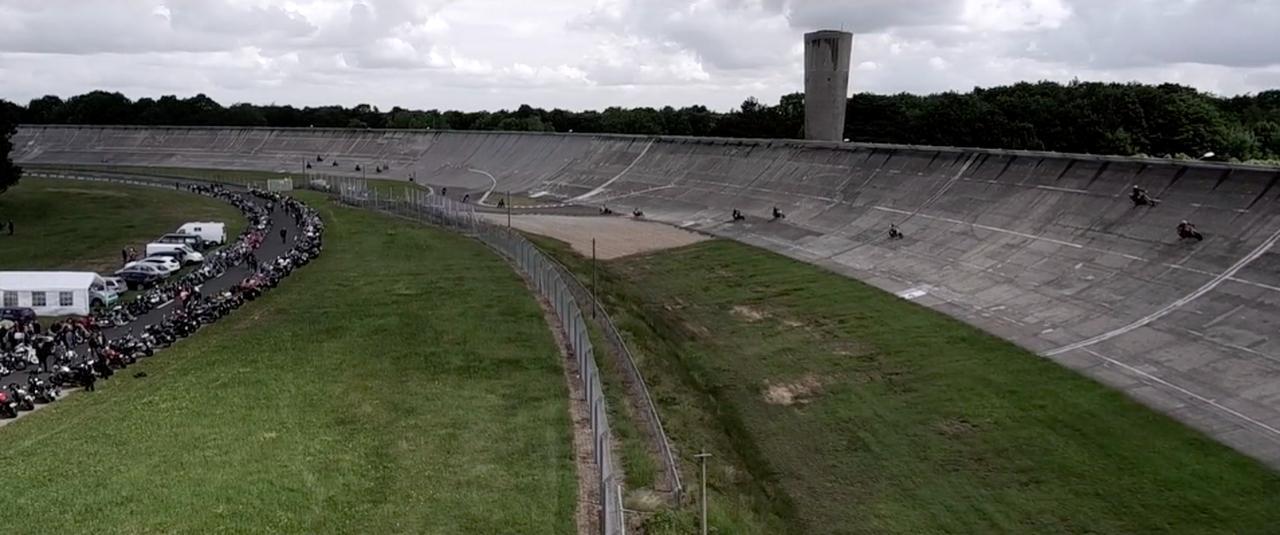 画像: 傾斜のきついバンクが、モンテリのオートドロームの特徴です! vimeo.com
