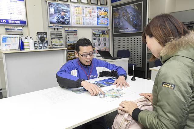 画像: ①簡単な必要書類を記入してから、おすすめの試乗コースを教えてもらえました。試乗中は荷物も預かってもらえます。こちらのお店の場合は貸出ヘルメットも用意されているそうです。