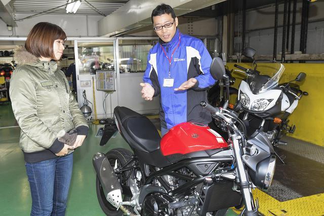 画像: ③走り出す前に車両の説明を受けます。とってもテキパキしてました。はじめて乗るオートバイでも不安を感じなくてありがたいですね。知香ちゃんもこれなら安心!