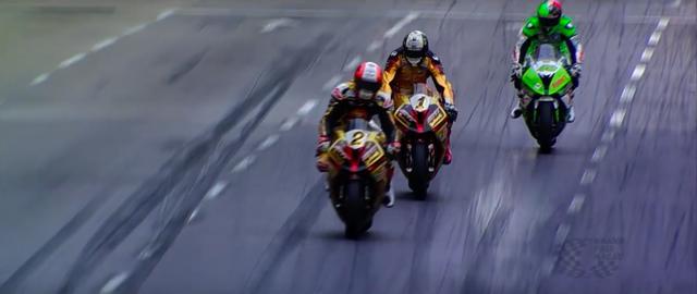 画像: 左からM.ラッター、P.ヒックマン、M.ジェソップ。ブレーキング勝負で激しくマシンがスネーキング! 迫力満点のパッシングシーンをこのダイジェストでは楽しめます。 www.youtube.com