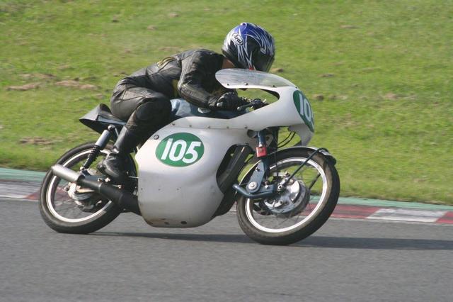 画像: グリーブスの市販ロードレーサー、シルバーストーンと不肖宮﨑。初期型の24RASの車体に、中期型24RCSのエンジンとギアボックスを搭載しています。FIMの5クラス(125、250、350、500、750cc)で勝利したことがある唯一無二の名ライダー、チャス・モーティマーの父が経営する英国のレーシングスクールで使用されていた車両、というヒストリーを持つ車両です。空冷2ストローク250cc単気筒で、そのエンジンはモトクロッサー用を転用したものです。©︎中村壮一さん
