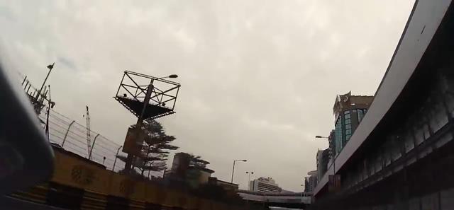 画像: ゴール後の歓喜のウィニングラン! ウィリーを披露すると、カメラが空を映して面白いです。 www.youtube.com