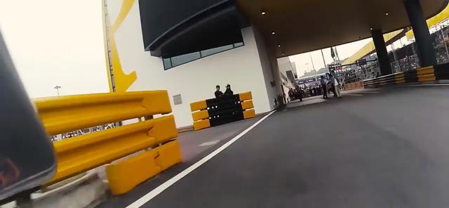画像: ピットレーンに入ると、仲間たちの祝福が勝者を待ち受けています。 www.youtube.com
