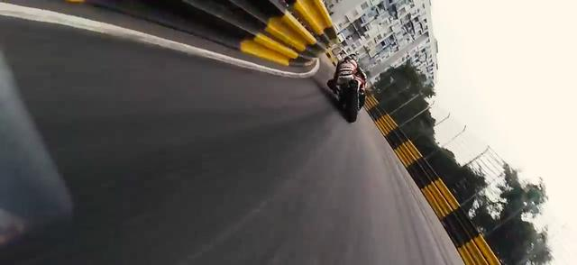 画像: リーダーのM.ジェソップを、追うP.ヒックマンがじわじわ捉えます。コースにエスケープはほとんどなく、壁かガードレールがコース際まで迫ります・・・こわいです! www.youtube.com