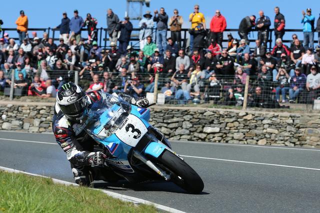 画像: クラシックTTの4周のスーパーバイククラスで優勝した、M.ダンロップとチーム・クラシック・スズキのXR69。平均時速126.808マイル(約204km/h)のラップレコードを樹立しています。 www.teamclassicsuzuki.media