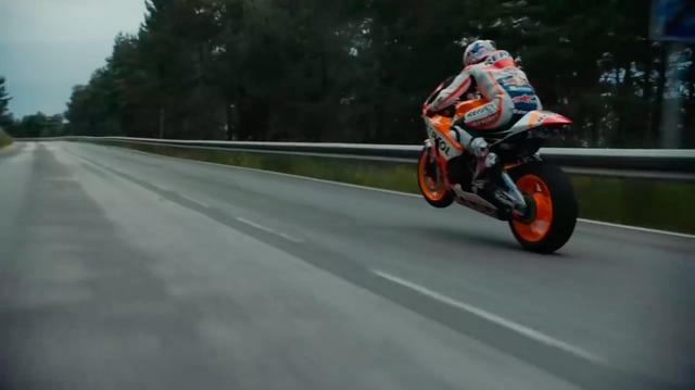 画像: ファクトリーMotoGPレーサーのホンダRC213Vで公道を激走! www.youtube.com