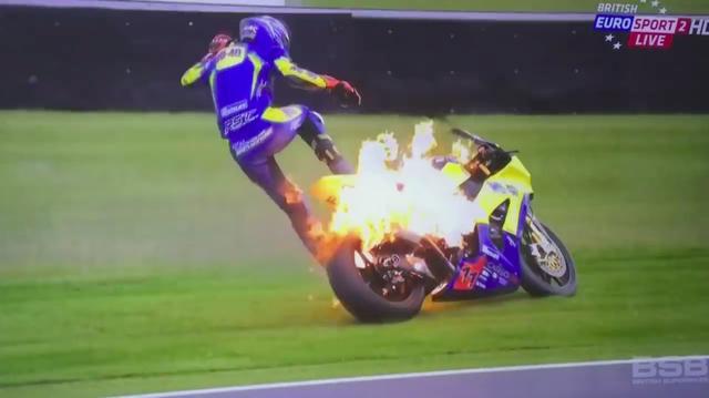 画像: 炎上に気付いたテイラーは、コース外にエスケープして、マシンから飛び降ります。ものすごく驚いたハズですが、とても冷静な判断で素晴らしい対処ですね。 www.youtube.com