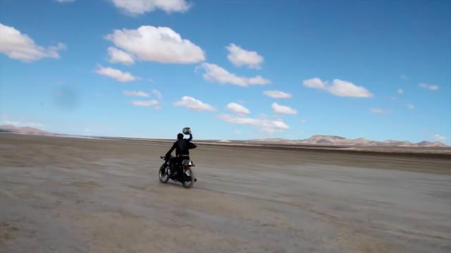 画像: ヘルメットも投げ捨て・・・? www.youtube.com