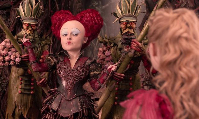 画像: 赤の女王(イラスベス) アンダーランドの暗黒時代を支配したかつての暴君。3年前のアリスの活躍により、荒涼たるアウトランドに追放された。巨大な頭を持ち、残忍で、感情を抑えられず、「首をはねよ!」が口癖。 www.disney.co.jp