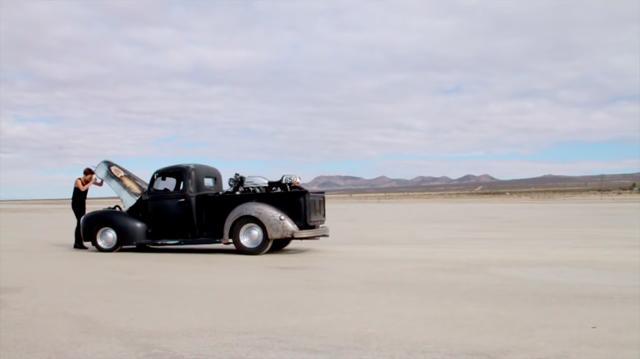 画像: 広大な荒野で立往生する1台のピックアップ・・・。女はボンネットのなかをのぞき込みますが・・・。 www.youtube.com