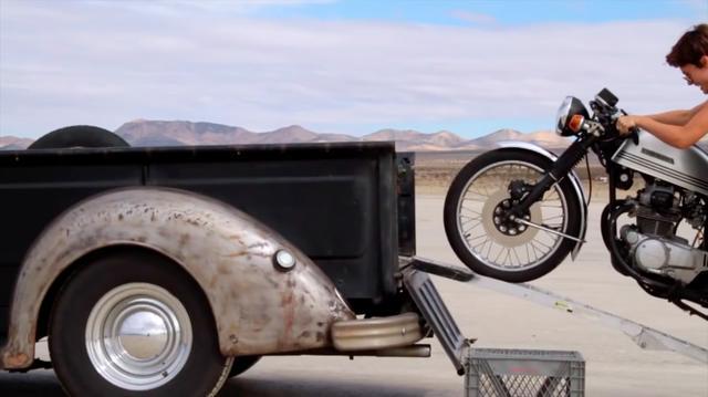 画像: ピックアップを諦め、荷台に積んでいたホンダCBツインのカフェレーサーを降ろします・・・。 www.youtube.com
