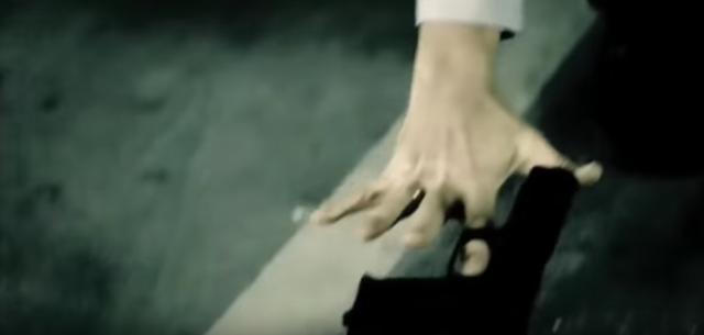画像: 私はやむなく銃を置いた。人質を取られては仕方がない。