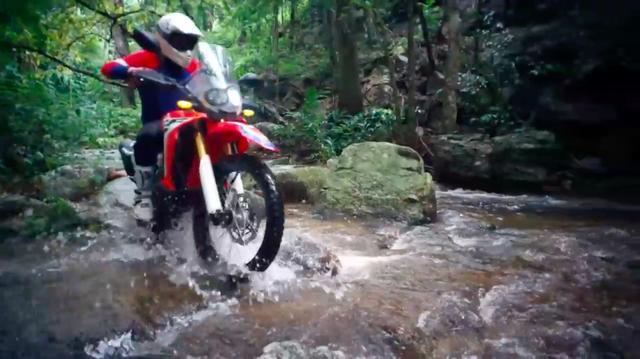 画像: 川をザブザブと渡ります。腕に自信がある人なら、こんなシチュエーションも苦にならないかな? www.youtube.com